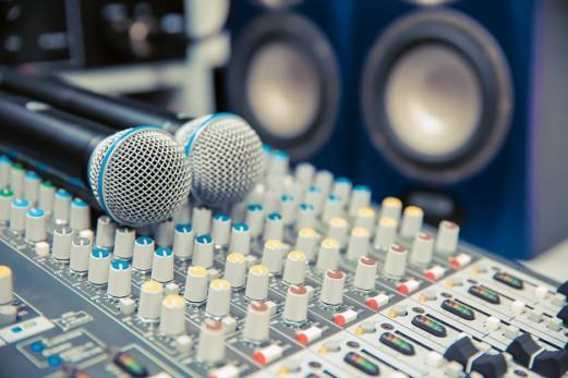 microphones-table-mixage-sonore-studio-pour-enregistrement_101448-482